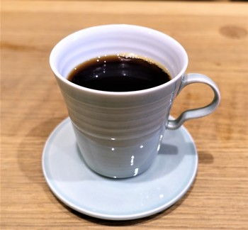 珈琲は、マニアの間で良く知られる、珈琲焙煎家・中川ワニ氏のものを用いています。味・香りとも抜群。風味豊かで、極上の一時が味わえます。