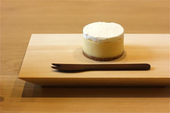 珈琲の他は、厳選茶葉の紅茶や日本茶、ピルスナービール等。フードメニューは、京都人気パン店「HANAKAGO」のトーストの他、那須高原チーズガーデンの絶品のチーズケーキ。  【画像は、ふんわりとして、ミルキー。爽やかな味わいの「Kaikado チーズケーキ」。】