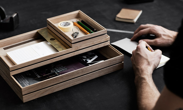 デスクの上で文房具や小物を入れるのにぴったりな、スタッキングもできるトレー。重ねても美しいので、デスク周りがすっきりと片付きます。