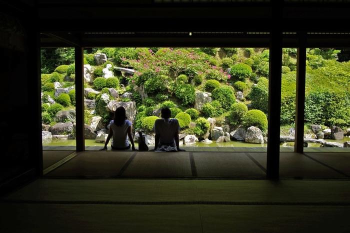 記事で紹介した「智積院」は、宿坊のある寺院。 宿坊に泊まれば、僧侶とともに朝の勤行や護摩供法要に参加できます。拝観、朝食、夕食付き。全室個室なので、気軽でゆったりと寛げます。以下の公式サイトから予約可能です。