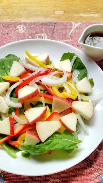 リンゴを使ったヘルシーなサラダ。もりもりと食べれそうですね。