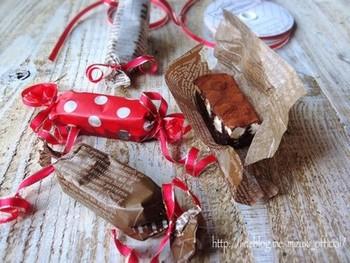 作り方はとっても簡単。 お菓子をワックスペーパーなどでくるんでから両側をキュッとするだけで出来上がり。
