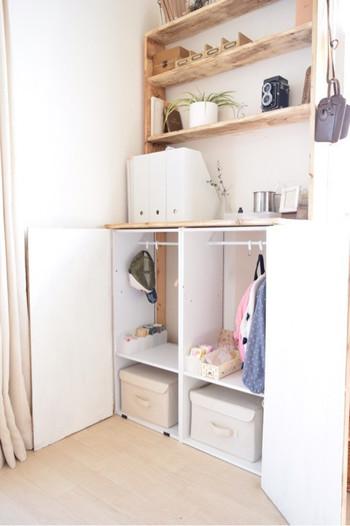 棚板の代わりにつっぱり棒を入れれば立派なミニクローゼットに。小さなお子様の洋服や、保育園カバンなどの収納に便利です。