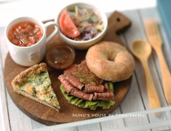 みなさんはこの写真を見てどう思いますか? すごーく美味しそうなローストビーフやスープですよね。 実はこれ、ミニチュアなんですよ(*^_^*) まったくミニチュアとは思えませんよね…
