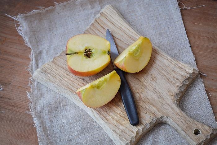 りんごの飾り切りといえば、うさぎというのが昔からの定番。 Vの字に切り込みを入れて皮をむく、単純なのにかわいらしい飾り切りです。 子供の頃のお弁当に入っていたりと、多くの人に親しまれています。