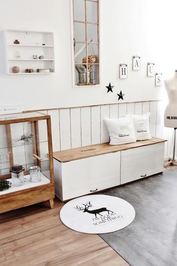 横向きにして天板を置いたらベンチに変身。足元にたっぷり収納もできます。TV台としても使えそうですね。