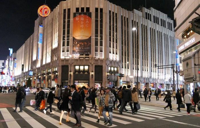 人気観光スポットがたくさんあり、観光、ショッピング、ビジネスなど多くの人が訪れる新宿東口。中でも絶品スイーツが目白押しの伊勢丹の地下はいつも多くの人で賑わっています。