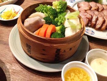 蒸し野菜は素材の甘味が引き出されるヘルシー料理。彩りを考えて具材を入れると視覚的にも楽しめ食が進みます。タレや具材を変えて定番メニューに!蒸すだけの手間いらずのご馳走です♪