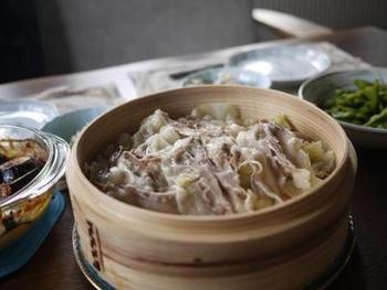 豚肉のせいろ蒸しは下にたっぷりのもやしを敷き詰めて。野菜もお肉もたっぷり美味しく頂けます♪