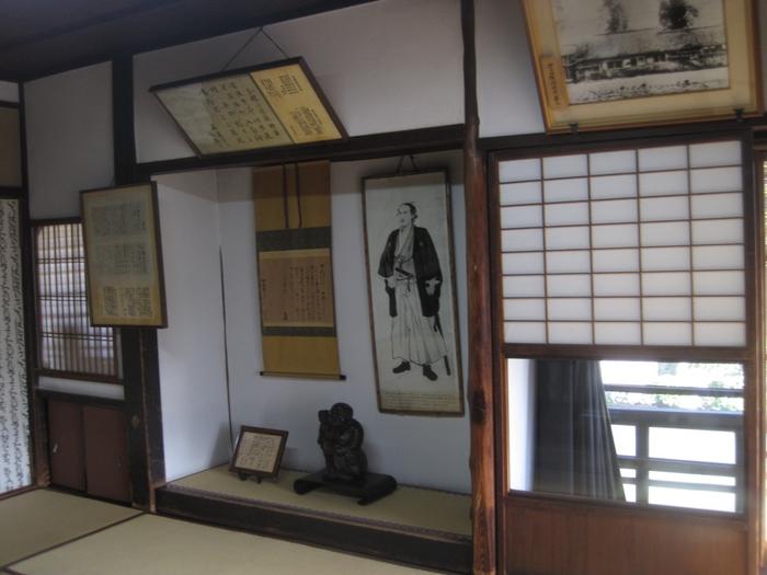 寺田屋では、坂本龍馬が逗留していた部屋の内部も公開されています。濠川が見える窓から外を眺め、かつて龍馬が見ていた景色を思い描いてみてはいかがでしょうか。