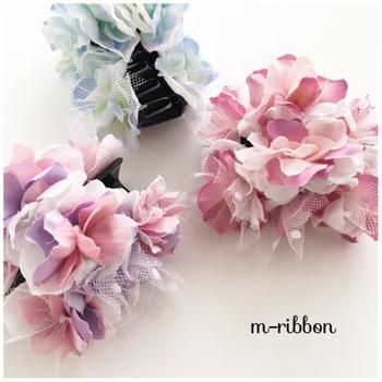 ヘアピンやヘアクリップなどに、ビーズや造花を接着するだけで、こんなに可愛らしく出来ますよ。