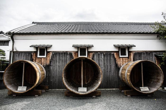 中庭には、昭和初期まで酒造時に使われていた木製の酒桶が展示されています。白壁の酒蔵群、いくつもの酒桶は350年以上もの昔から銘酒の街として栄えてきた伏見の歴史を私たちに物語っているかのようです。