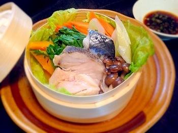 せいろを使えば魚もふっくらと美味しく変身。野菜を一緒に入れれば彩りアップ、栄養アップ、美味しさアップ♪旨味が溶け込んだ汁がまた美味しい!