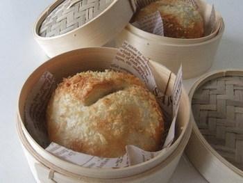 固めのパンやベーグルもせいろで蒸せばもっちり柔らかに!日にちがたって硬くなってしまった時も是非せいろを利用してみて。出来たてのように美味しくいただけます。
