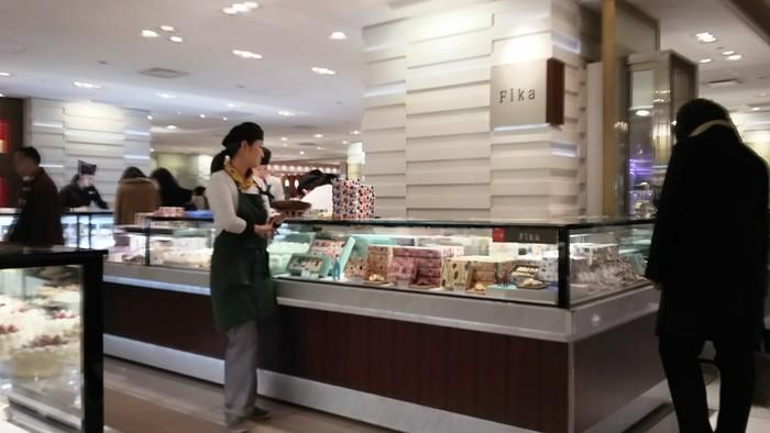 そんな人気スポット伊勢丹新宿店の、地下1階の一角にある北欧菓子「Fika」。実はこちらは「北欧菓子」×「北欧デザイン」×「TEMIYAGE(てみやげ)」をコンセプトとして、三越伊勢丹が立ち上げたブランドで、伊勢丹の新宿店のみ限定のショップなんです。