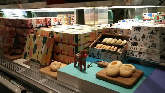 北欧で一般的に食されるお菓子をメインにしたラインナップに、店頭では布雑貨やポストカードなども販売しています。
