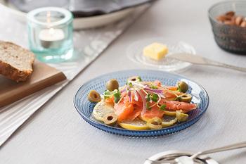こんなに涼しげなプレートで前菜が出てきたら、夏のお家飲み会も楽しくなりそう♪  ちなみにこちらの綺麗なブルーは、フィンランド独立100周年限定カラーの「ウルトラマリンブルー」。