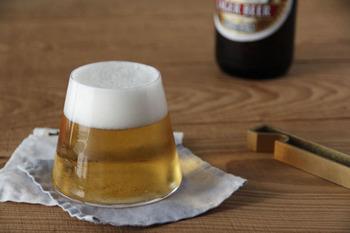 日本が誇るガラスメーカー、【スガハラ】の日本らしい『富士山グラス』。グラスには珍しい円錐形で、ビールを注げば黄金色に輝く富士山に!飲むのがもったいないくらいに美しい姿を拝めます。  もちろんこの円錐形は、日本のメーカーらしく、飲みやすさや持ちやすさが計算しつくされてできたもの。また、桐箱に入っているのでお祝い事などの贈り物にもぴったりですよ。