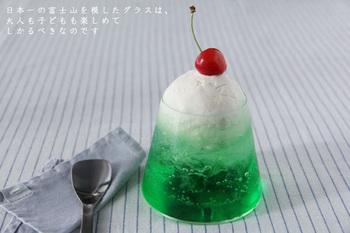 グラスに注ぐ飲み物の色や盛り付けによってさまざまな富士山が楽しめます。  写真のようにソーダフロートにすれば、新緑まぶしい青富士のよう♪ コーラなら静寂に包まれた夜の富士、グレープジュースなら黄昏時の赤富士にもなります。  お酒だけでなく、お子さまと一緒に楽しめるグラスでもあるんです。