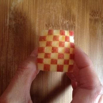 塩水(またはレモン水や、100%オレンジジュース)などに浸けてから皮を剥いでいくと、りんごの変色を防ぐことができますよ。