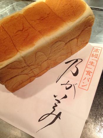 こちら、通常の2斤サイズです。ホームパーティの手土産にも喜ばれますね。 もちろん、パン好きさんなら自宅用にもこのサイズを購入したい!