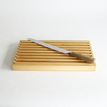 このナイフは『抗菌炭化木』という特許を取得しているハンドルで出来た国産のもの。栗の木を使用しています。炭に近い状態に加工されているので、水分がほとんどなく、 腐りにくくなっているんです。だんだん黒ずんでくるのが木製のハンドルですが、そんな悩みも無用です。