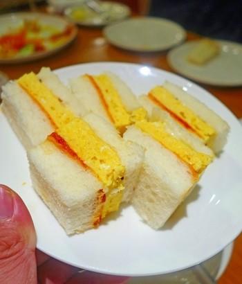 ボリュームたっぷりに作ったふわふわのたまごやきを挟んだ、たまごやきサンドイッチ。ランチにもちょうどいいボリューム感ですね。
