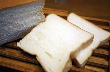 耳まで柔らかいので、手でちぎってたべるのがオススメですが、こうやって厚切りにしてもパンの表面のキメの細かさが伝わります。