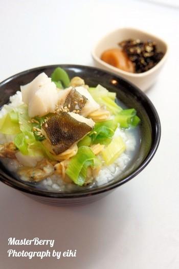アサリとタラをお鍋に投入してサッと作れてしまう本格的な出汁茶漬けです。魚介の旨味がたっぷり出汁に溶けて美味しいですよ。