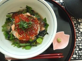 醤油漬けした鮭といくらをたっぷりのせたお茶漬けです。少し贅沢で、とてもうれしいレシピですね。