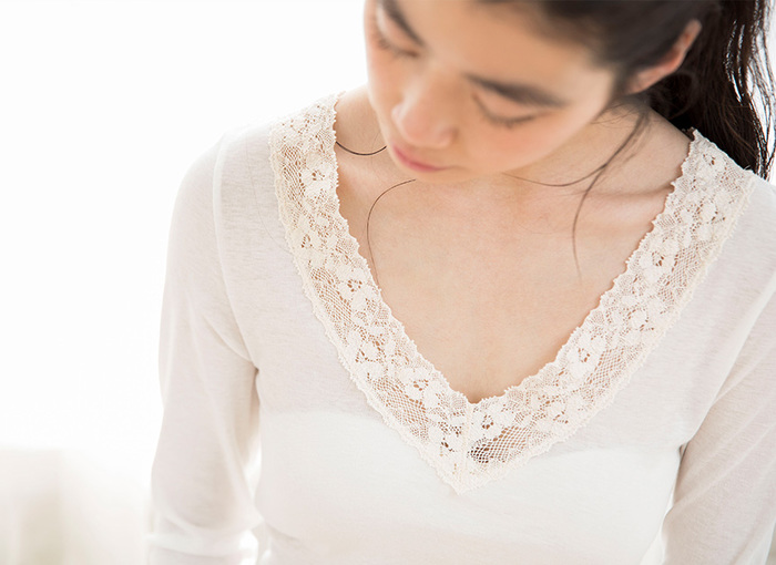 オーガニックコットンのレースを贅沢にあしらった7分袖シャツです。重ね着しても響きにくく作られており、女性のおしゃれ心を存分に満たしてくれます。