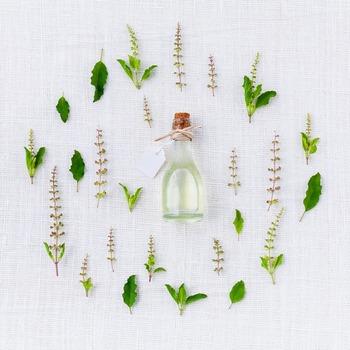 フローラルウォーター、クリーム、乳液などに足してスキンケアにも使えます。 精製水とグリセリン、ハーブチンキを混ぜて手作り化粧水も作れます。