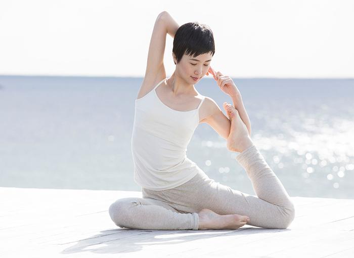 表地がリネン、肌に当たる裏地がオーガニックコットンなので、履き心地がとっても爽やか。ワンピースなどに合わせて、軽やかに着こなして。