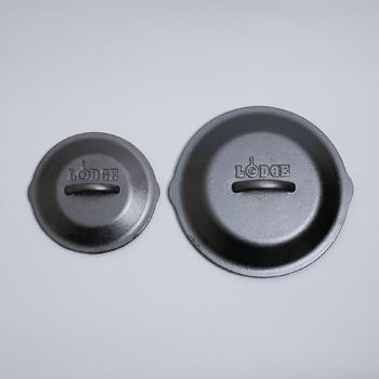 それぞれのサイズで専用の蓋(スキレットカバー)が別売されています。蓋があると、ダッチオーブンみたいに使えて便利♪蓋の裏面には突起があり、蒸発した水分が料理に落ちてうま味を逃さない工夫がしてあります。
