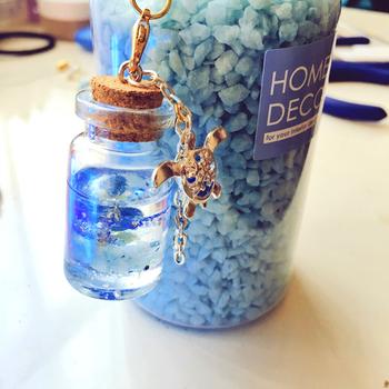 こちらはりお*のんさんの作品。ウミガメのチャームと水の入ったような小瓶が綺麗ですね!瓶を使う場合、UVライトを長時間あて過ぎるとレジンが熱くなり瓶が割れる場合があるので注意してください。