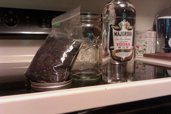 よく消毒した瓶などの保存容器にドライハーブを8分目ほどまで入れます。 ハーブがひたひたになるくらいまでウォッカまたはホワイトリカーを注ぎます。 そのまま熟成させれば完成です。