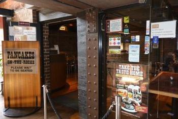 シドニーで人気があるカフェ、ということでビルズと共に有名なのが「Pancake On The Rocks(パンケーキ オン ザ・ロックス)」。その名のとおり、ロックスという街にあります。