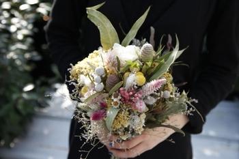 ドライフラワーを花束にすると、こんなにナチュラルに。素敵!