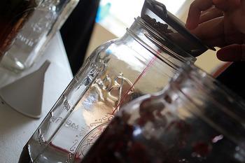 ハーブはアルコールの水面より上に出ないようにします。 ハーブとお酒の種類、作った日を忘れないようにラベルにして貼っておきましょう。