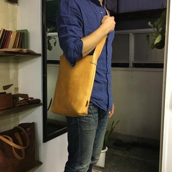 男性でも女性でも体にフィットし、どんなスタイルでも合わせやすいプレーンなショルダーバッグです。 金具を一切使わず、切り取った革を縫い合わせたシンプルな作りから「トリム バッグ」と名付けました。