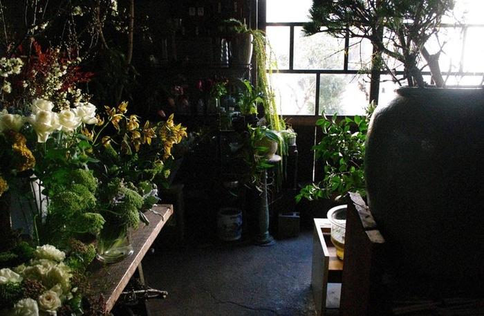 草花や木の実が中心のアレンジメントは、まるで盆栽のような和の要素をとりいれているのが特徴的。