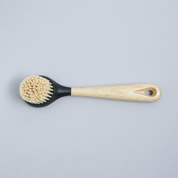 専用ブラシはゴシゴシこすっても丈夫なブラシ。柄の長さは長いのと短いのがあります。