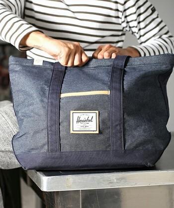 カナダ生まれの『herschel supply』ですが、日本の人気ブランドとのコラボレーションも積極的です。 昨年発表された「ジャーナルスタンダード」とのコラボモデルは、テーマカラーのネイビーをベースとした ビジネス、カジュアル両方に活躍するデザインです。