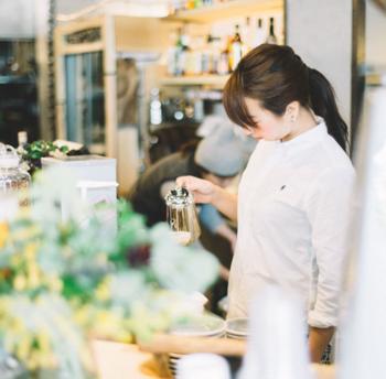 朝8時~夕方5時まで営業されているカフェ(時間で自動的にバーに切り替え)では、東京世田谷のONIBUS COFFEE監修・豆や淹れ方にこだわった本格コーヒーを楽しめます。早起きして、朝食をいただくのも良いですね。
