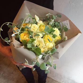 少量ずつ仕入れているから、とても元気で旬のお花が揃っています。 自然の流れに逆らわないアレンジメントは、どんなスタイルにもしっくりなじみます。