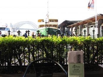 サーキュラーキー駅前にある24時間営業のお店「City Extra(シティ エクストラ)」。フェリー乗り場が近くにあるため、オープンテラス席からは船が見えます。