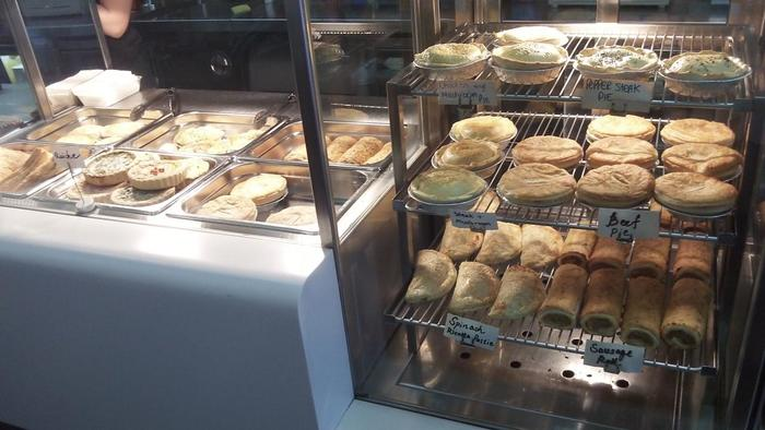 「Pepper Steak Pie」「Chicken and Mushroom Pie」「Sausage Roll」など様々なパイや惣菜パンが売られています。