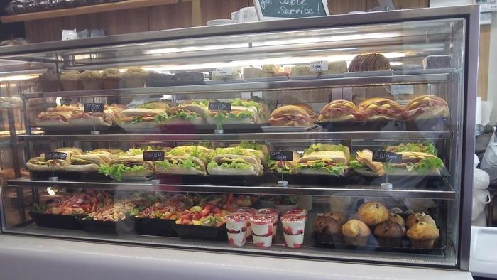サンドイッチもたくさん!色とりどりの野菜が使われたサラダもおいしそうですね。メニューが豊富で選ぶ楽しみがあります。