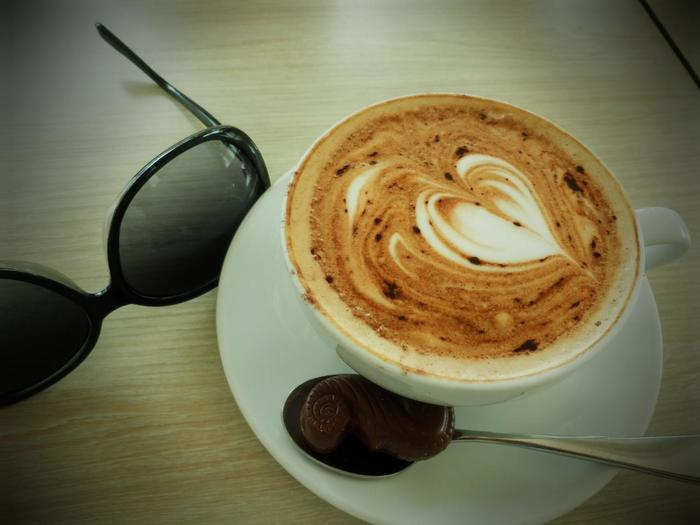 街を歩けば、実に数多くのカフェに出会うシドニー。どんなに小さなカフェでも、エスプレッソマシーンを使ったイタリアンコーヒーが一般的で、基本的なコーヒーのメニューだけでも、カプチーノ、フラットホワイト、ラテ、マキアート、モカ、ロングブラック、ショートブラックなどとメニューの種類も豊富です。