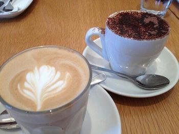 早朝から空いているお店も多く、朝ごはんのメニューも充実しているので、ちょっと早起きして散歩がてらに立ち寄ってもいいですね!  シドニーに観光に来た際は、ぜひコーヒーをテイク・アウェイ(テイク・アウト)して、コーヒー片手に街を散策してみては♪